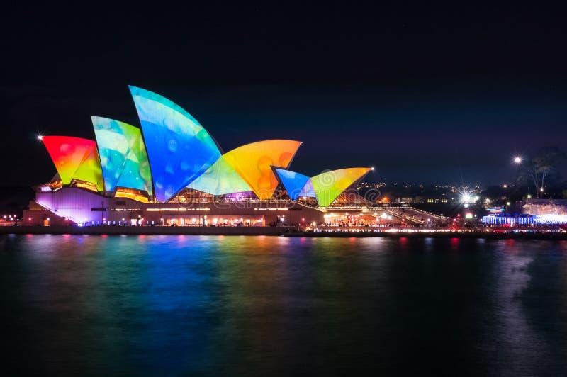 在歌剧院屋顶的五颜六色的水下落在生动的悉尼 免版税库存图片