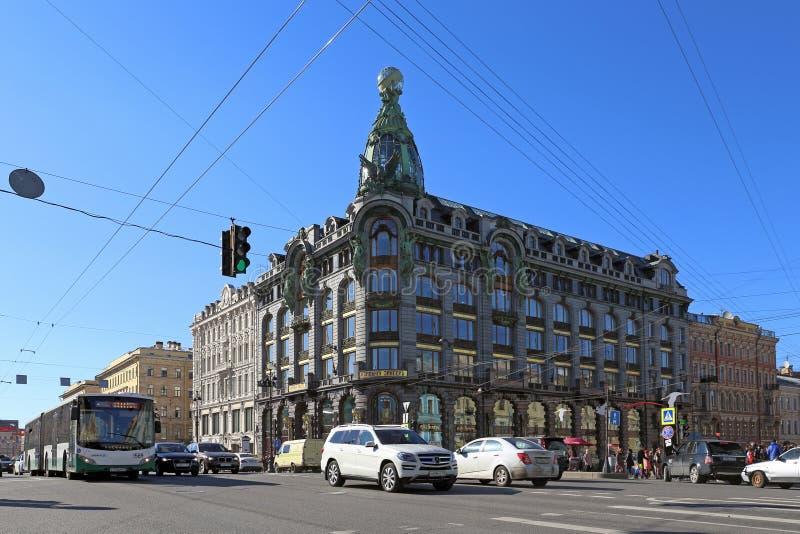 在歌手议院的背景的运输圣的Petersbur 免版税图库摄影