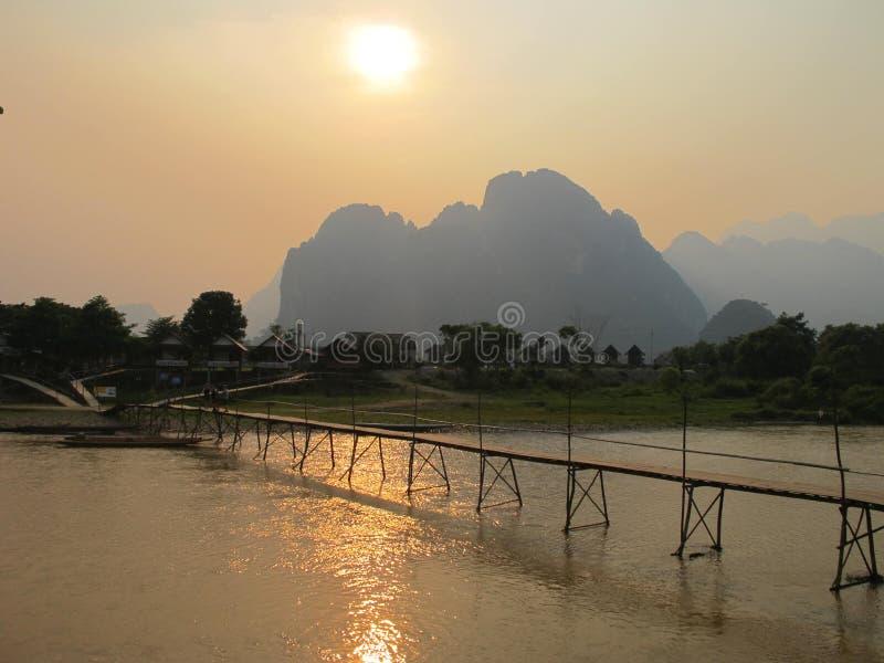 在歌曲河的桥梁在Vangvieng 免版税库存图片