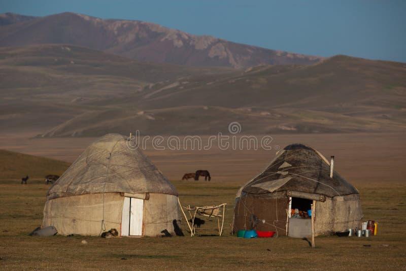 在歌曲Kol湖的传统yurts在吉尔吉斯斯坦 库存图片