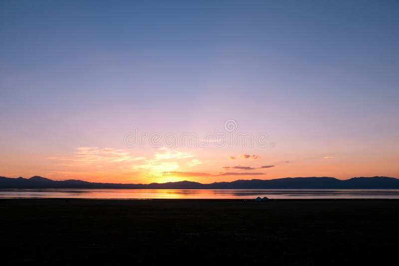 在歌曲Kul湖的日落在吉尔吉斯斯坦 库存照片
