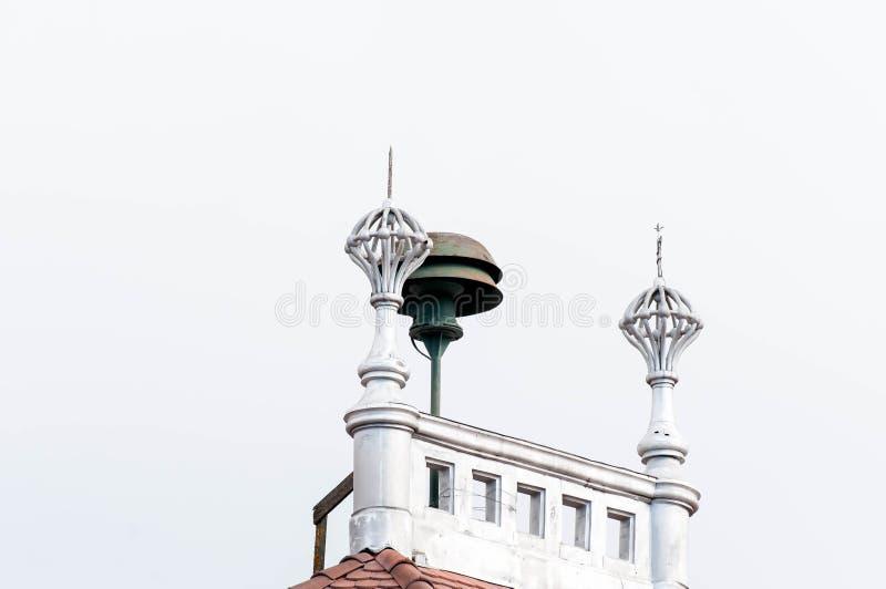 在正式大厦的老,功能警报器响铃冠上 免版税库存图片