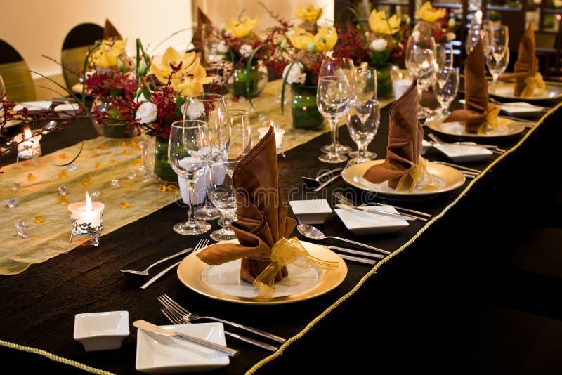 在正式桌设置的被折叠的餐巾 图库摄影