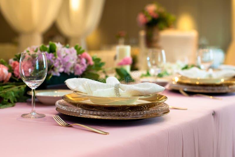 在正式桌设置的被折叠的餐巾 库存照片