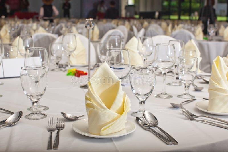 在正式桌设置的被折叠的餐巾 免版税库存照片