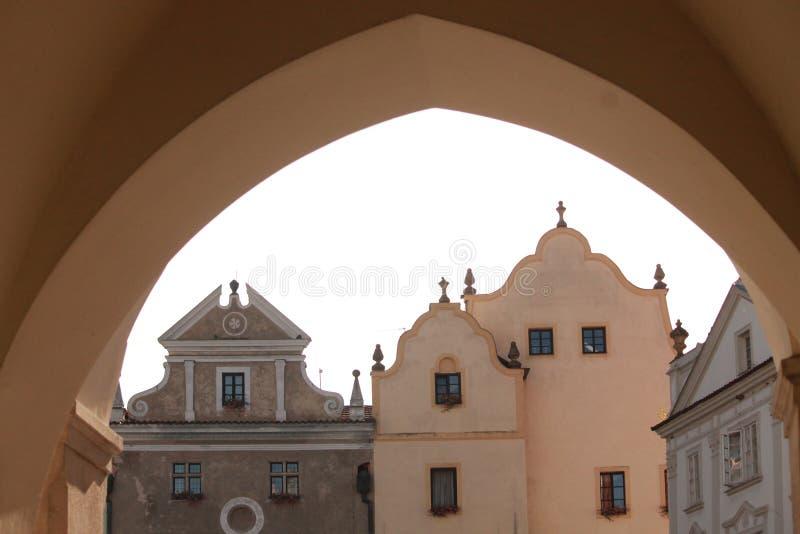 在正方形前面的曲拱在Ä  eskà ½ Krumlov在捷克 联合国科教文组织 库存图片