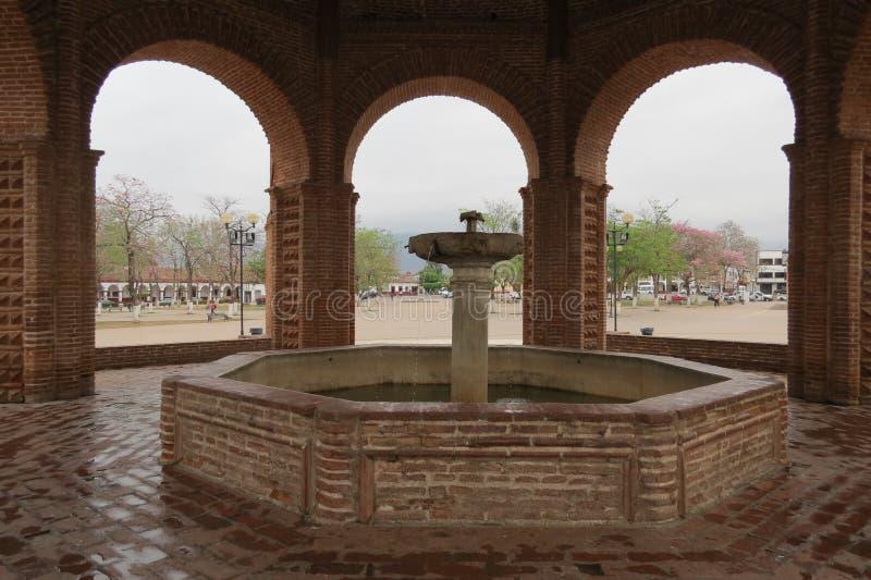 在正方形的喷泉 图库摄影