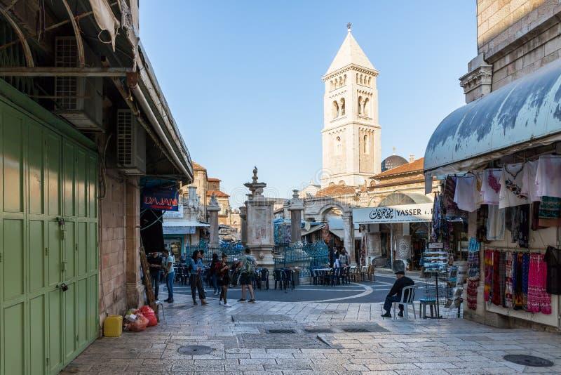 在正方形的大装饰喷泉和亚历山大・涅夫斯基教会钟楼在耶路撒冷,以色列老  库存照片