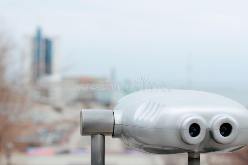 在正方形的有偿的双筒望远镜出于对海考虑 免版税图库摄影
