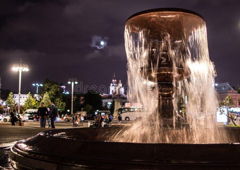 在正方形的美丽的喷泉由Bolshoi剧院在莫斯科 莫斯科市夜视域  库存照片