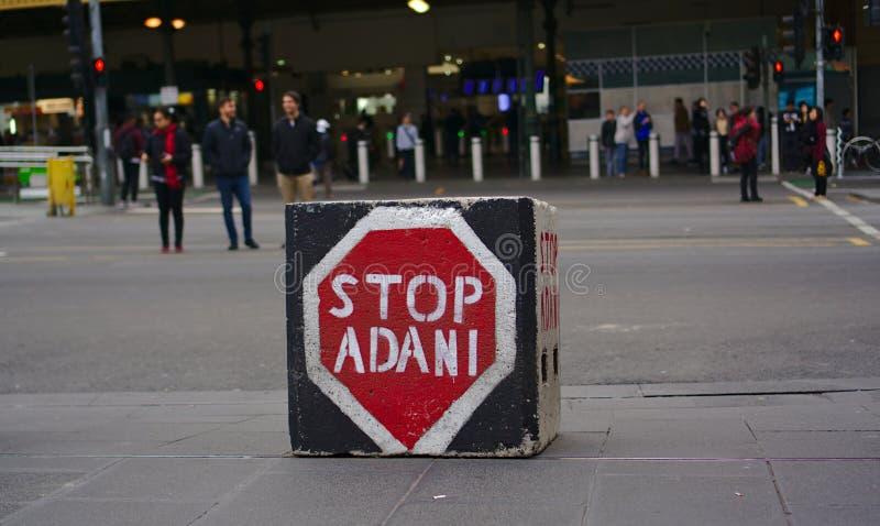 在正方形盖印的中止阿达尼煤矿业的竞选运动塑造了石头 免版税图库摄影