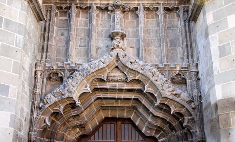 在正门上的装饰对黑人教会在布拉索夫镇,罗马尼亚 库存照片