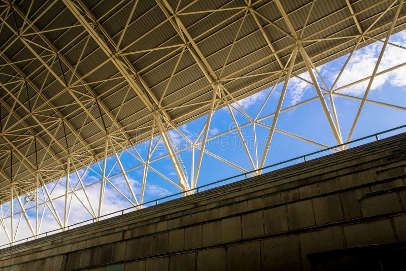 在正面看台和屋顶之间的空间 免版税库存图片