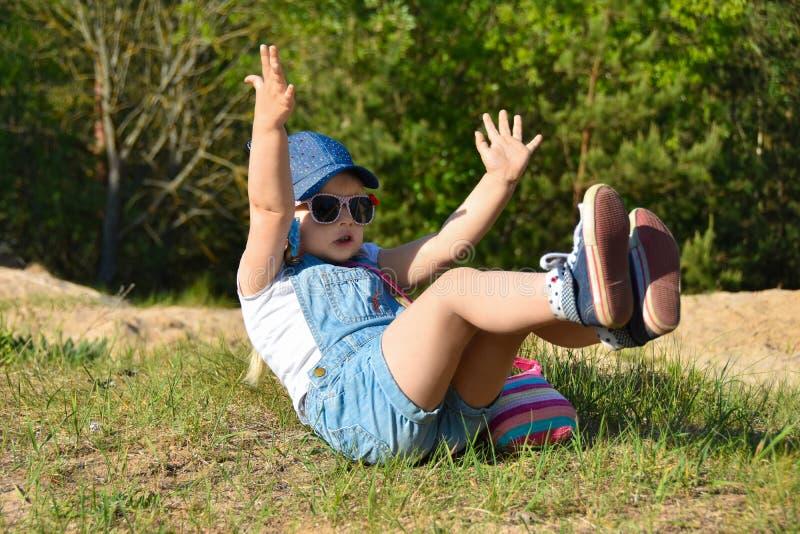 在步行的一场比赛期间女孩跌倒 免版税图库摄影