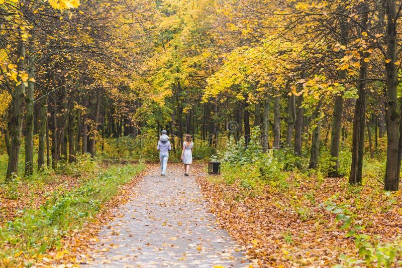 在步行的家庭在乡下 免版税图库摄影
