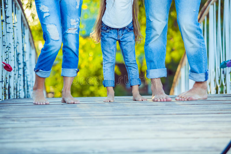 在步行的愉快的家庭在夏天 孩子与 库存照片