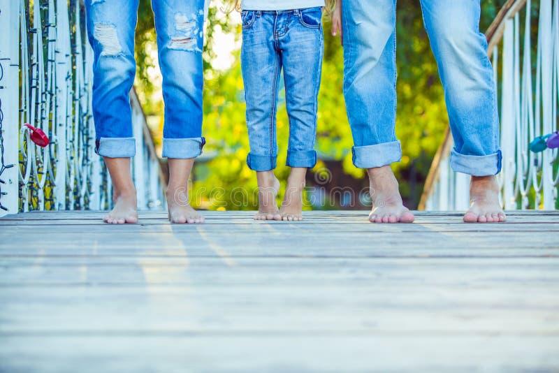 在步行的愉快的家庭在夏天 孩子与 图库摄影