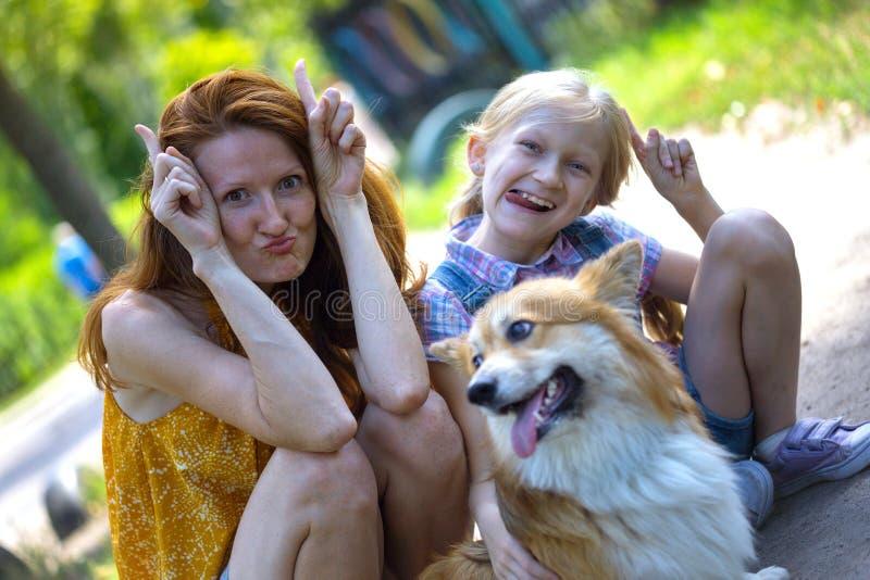 在步行的愉快的家庭 图库摄影