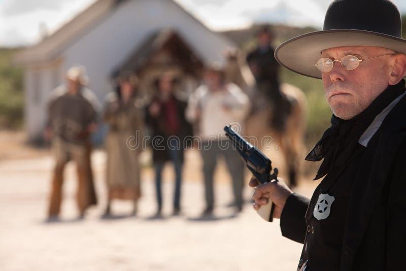 在武器上超过的县司法行政官摊牌 免版税图库摄影