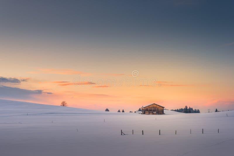 在残光日落天空的唯一小屋 免版税库存图片