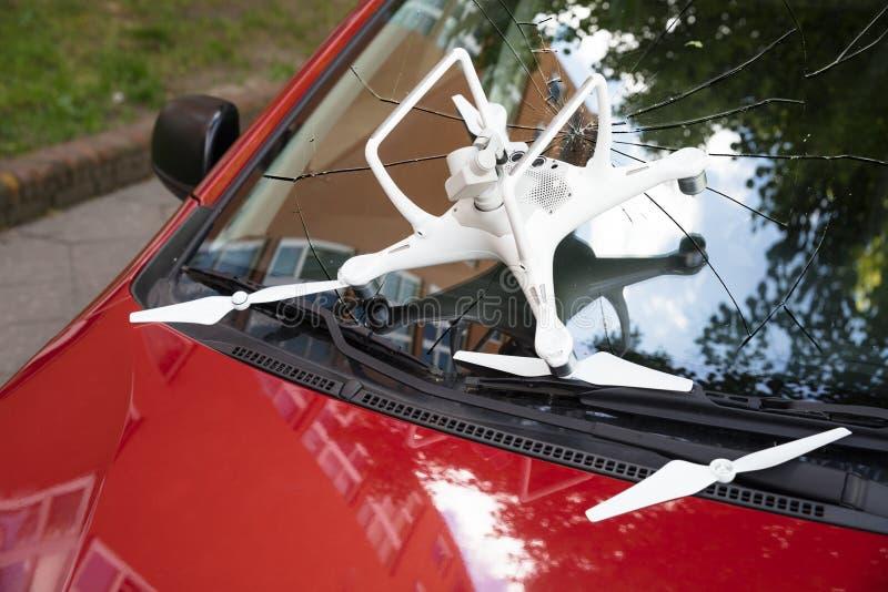 在残破的汽车挡风玻璃的损坏的白色寄生虫 免版税库存图片