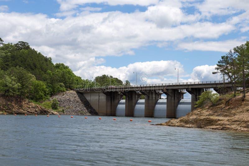 在残破的弓湖的水坝 免版税库存图片