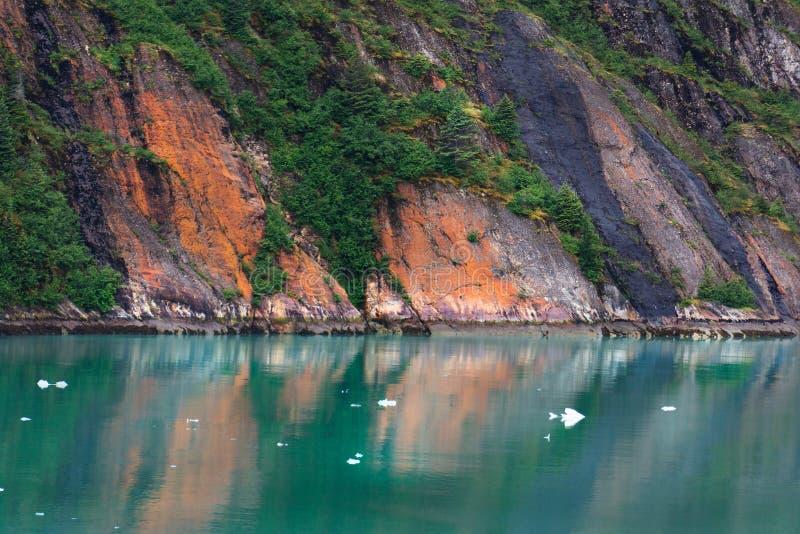 在段落峭壁和镇静水里面的阿拉斯加 免版税库存照片