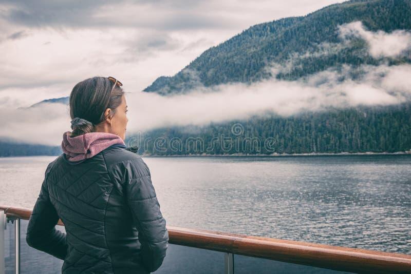 在段落巡航旅游妇女里面的阿拉斯加在Ketchikan附近的有薄雾的海湾,阿拉斯加的著名地标吸引力 风景巡航  免版税图库摄影