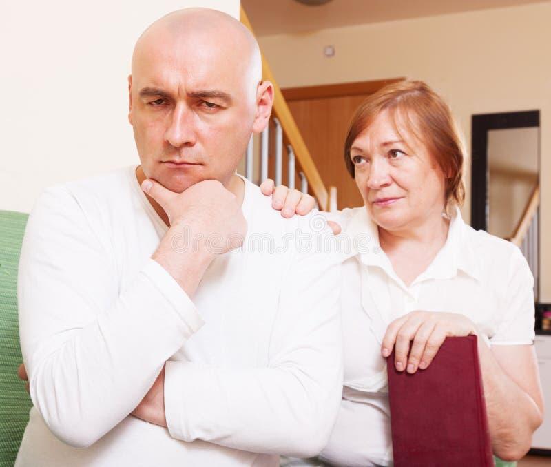 在母亲和儿子之间的冲突 免版税库存图片