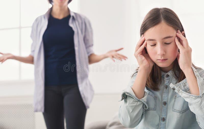 在母亲和女儿之间的争吵在家 免版税库存图片
