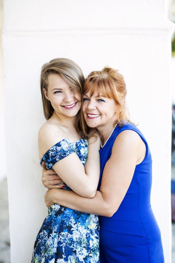 在母亲和女儿之间的真实的女性友谊 免版税库存照片