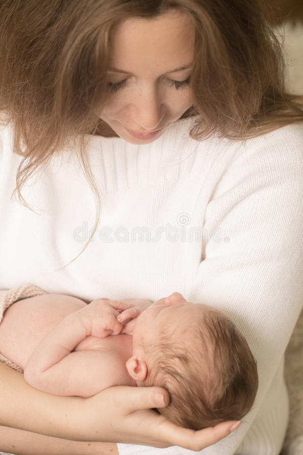 在母亲手上的婴儿男孩 库存图片