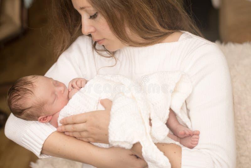 在母亲手上的婴儿男孩 免版税库存照片