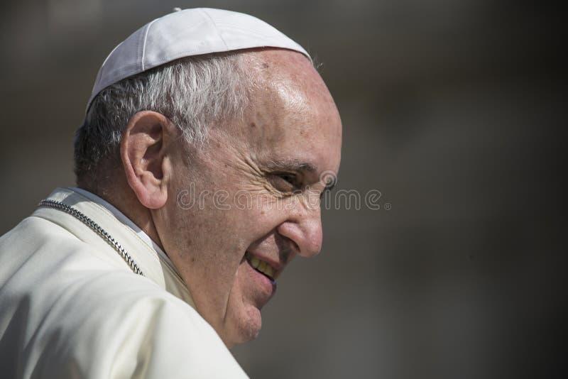 在每周仪式期间的弗朗西斯教皇在梵蒂冈 免版税图库摄影