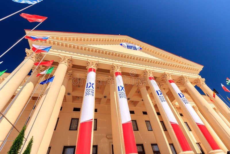 在每年国际经济期间,Zimniy剧院的美丽的大厦有它典雅的建筑学的是主要地点 免版税图库摄影