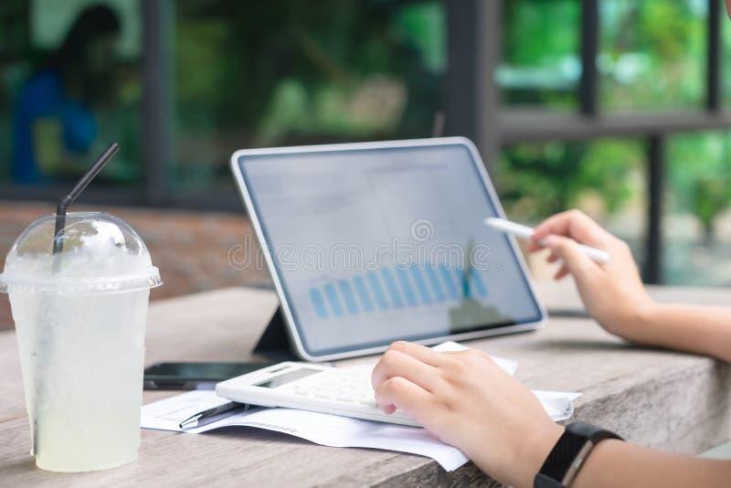 在每年税金计算镯子的所有者开会从减少税的转交 使用作为背景企业概念和 库存照片