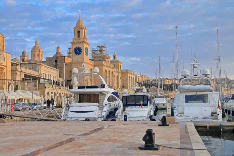 在比尔古的海岸停泊的游艇在马耳他在晚上 免版税库存图片