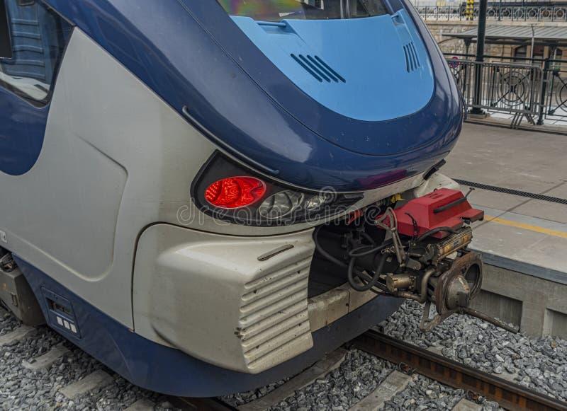 在比尔森总台的柴油新的蓝色客车 免版税库存照片