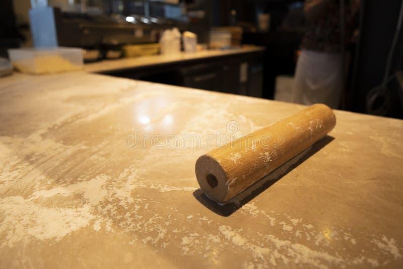在比萨的一个别针为烹调做准备 库存图片