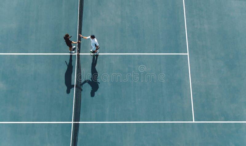 在比赛以后的职业网球球员握手 图库摄影