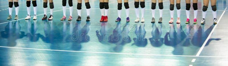 在比赛前的排球队 训练和排球tourna 免版税库存图片