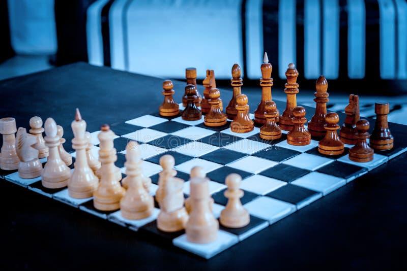 在比赛前的木国际象棋棋局 免版税库存图片