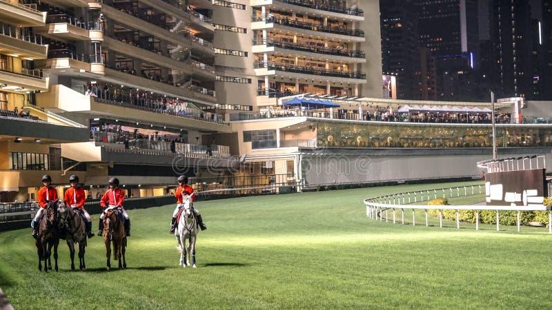 在比赛开始前的跑马领域在晚上 扣人心弦的赌博休闲 库存图片