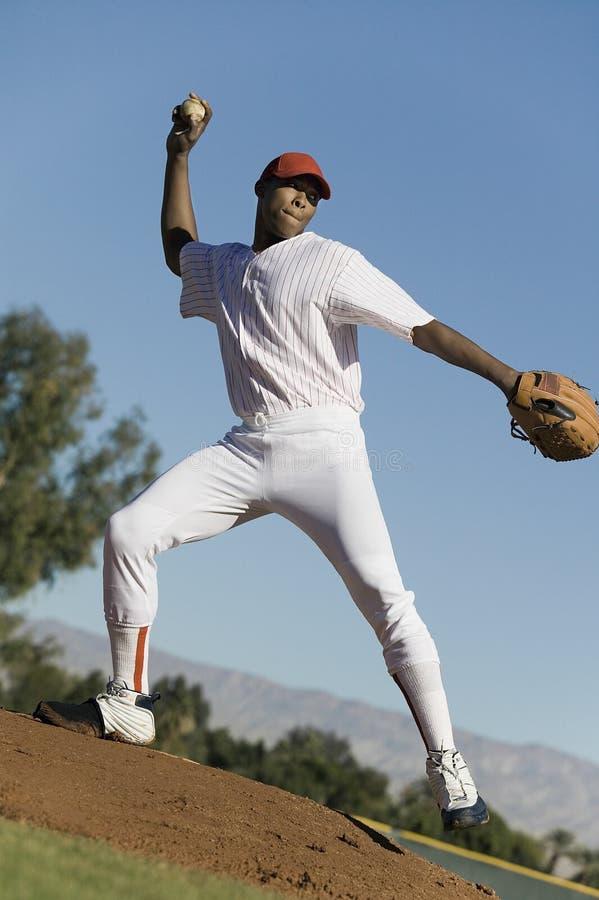 在比赛期间的棒球投手投掷的球 图库摄影