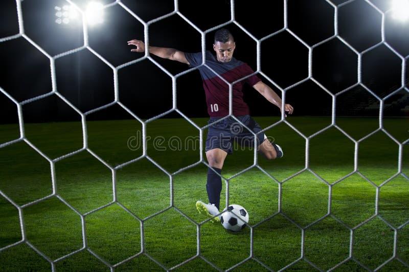 在比赛期间,准备好西班牙足球的付款人射击 库存照片