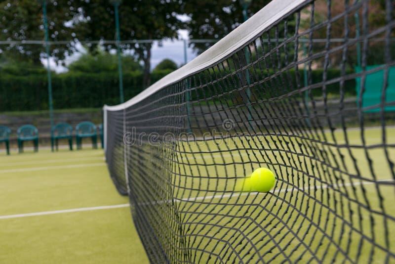 在比赛期间,网球击中了网 库存图片