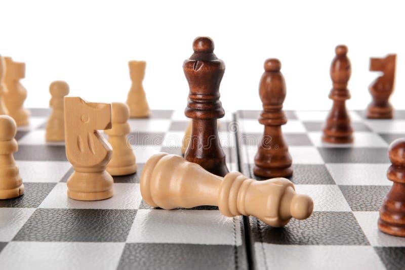 在比赛板的棋子反对白色背景,特写镜头 免版税库存照片