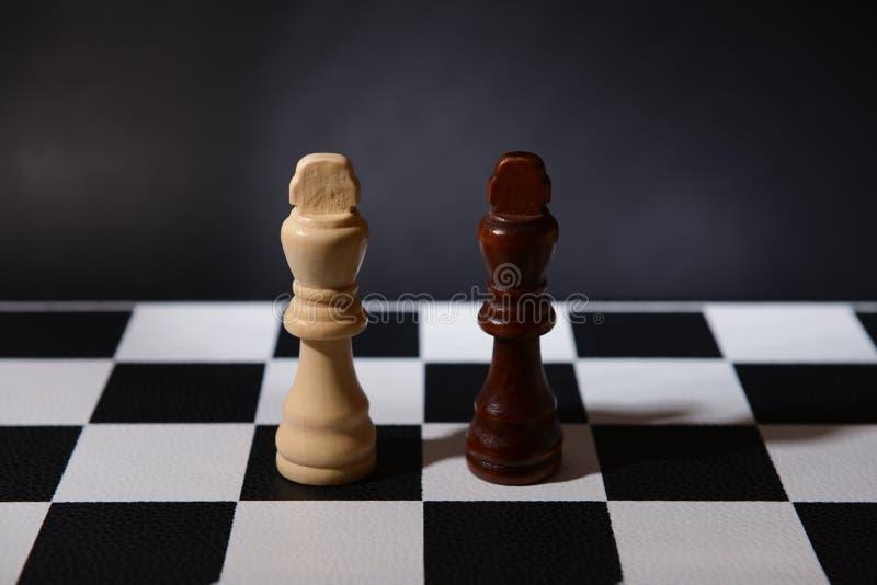在比赛板的棋子 库存照片