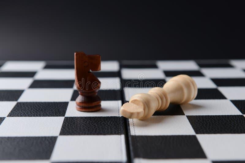 在比赛板的棋子 库存图片