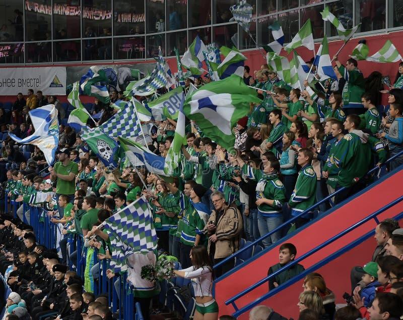 在比赛KHL星的冰球迷 库存照片